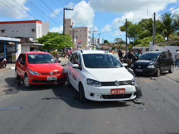 Acidente envolveu três carros na Avenida Santa Catarina, no Bairro dos Estados, Zona Norte de João Pessoa (Foto: Walter Paparazzo/G1)
