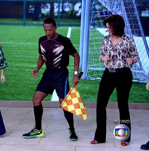 Bandeirinha cria dança em jogo para evitar ofensas (TV Globo)