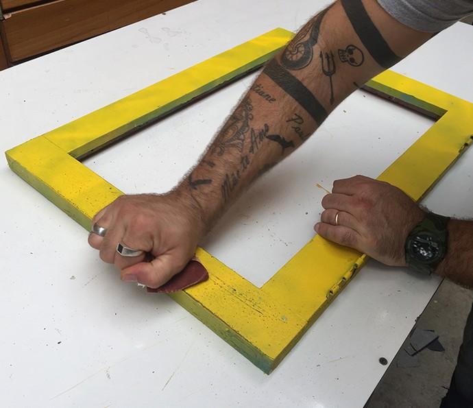 Utilize uma lixa para madeira para dar acabamento à pintura (Foto: Gabi Freitas / Gshow)