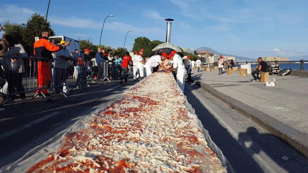 Cidade italiana de Nápoles faz pizza gigante de 2 km de comprimento (Foto: Fanuel Morelli/AP)