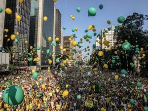 Manifestantes soltam balões nas cores verde e amarelo durante ato na Avenida Paulista, em São Paulo (Foto: Rafael Arbex/Estadão Conteúdo)