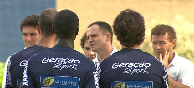 Wagner Lopes conversa com jogadores do Comercial (Foto: Valdinei Malaguti / EPTV)