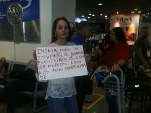Manifestante protesta contra a vinda dos médicos cubanos em Brasília (Foto: Alexandro Martello/G1)