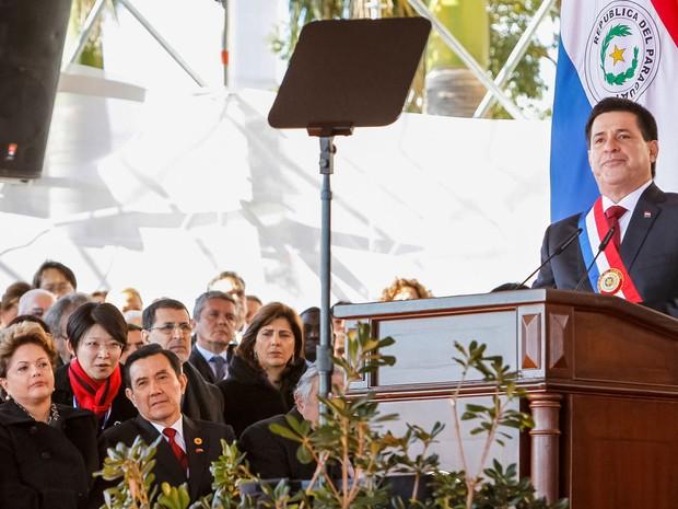 Horacio Cartes faz discurso após assumir o cargo de presidente do Paraguai, em cerimônia em Assunção. À esquerda, a presidente Dilma Rousseff acompanha a fala da primeira fila. (Foto: Roberto Stuckert Filho/PR)