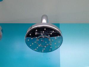 Chuveiros que misturam ar no jato de água ajudam a economizar