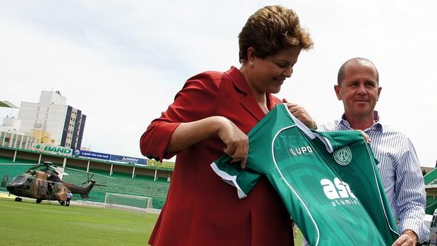 Presidenta Dilma Rousseff recebe camisa do Guarani das mãos do presidente Marcelo Mingone (Foto: Uéber F. Rosário / Mira e Clica)