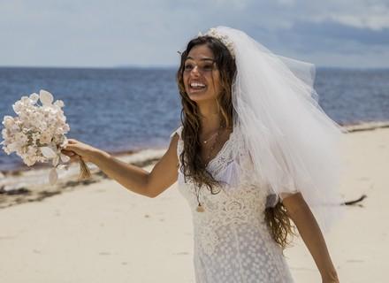 Vestida de noiva, Ritinha desvia do caminho da igreja