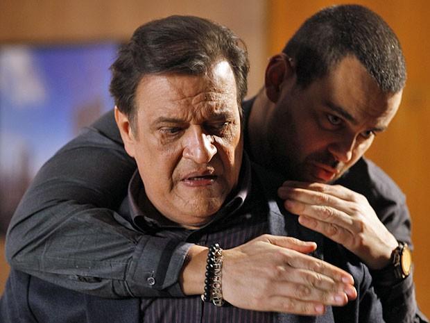 Fernando não hesita em chantagear o próprio pai (Foto: Amor Eterno Amor/TV Globo)