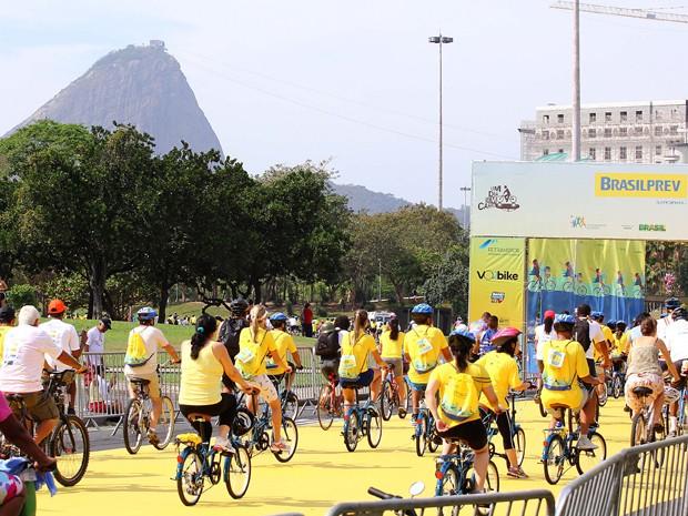 Ciclistas partiram do Monumento aos Mortos da Segunda Guerra Mundial, no Aterro do Flamengo (Foto: Felipe Andrei/Futura Press/Estadão Conteúdo )