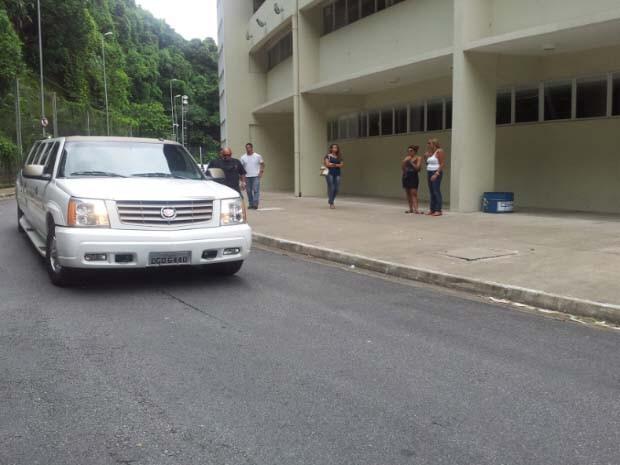 Carro com corpo de Chorão deixa o ginásio Arena Santos (Foto: Lincoln Chaves/G1)