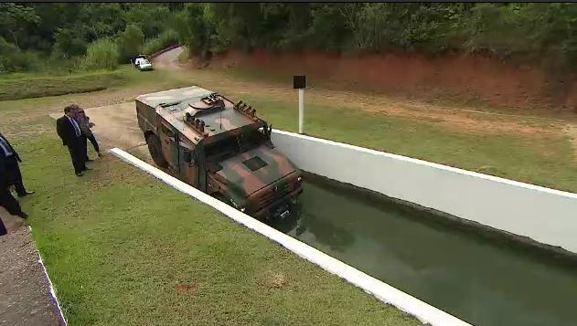 Veículo militar é apresentado em Jacareí (SP) (Foto: Reprodução/TV Vanguarda)