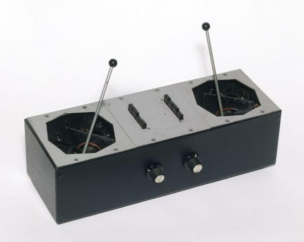 Azimuth coordinator - primeiro controle panorâmico para um sistema de som quadrifônico - usado no show de 1967, no Queen Elizabeth Hall, feito por Bernard Speight (Foto: © Victoria and Albert Museum, London)