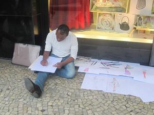 Croquis feitos por estilista autodidata e analfabeto Carlos Ferreira (Foto: Alba Valéria Mendonça/ G1)