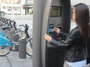 Com um cartão, o ciclista usa as bicicletas a um baixo preço (Foto: Reprodução/TV Gazeta)