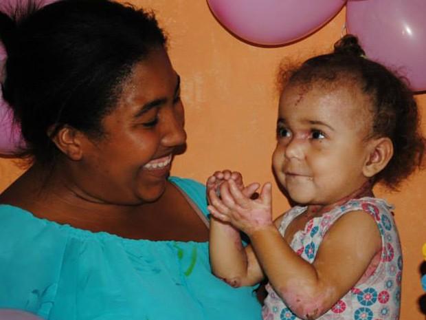 Mãe sonha em ver filha curada e tendo infância sem dor e choro (Foto: Roncalli Marcos/Divulgação)