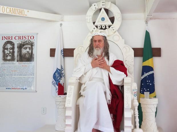 Inri Cristo em sua cadeira na sede da Suprema Ordem Universal da Santíssima Trindade, no Distrito Federal (Foto: Alysluz Varella/Soust)