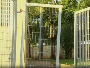 Portões de escolas são arrombados por moradores em busca de água (Foto: Reprodução/TV TEM)