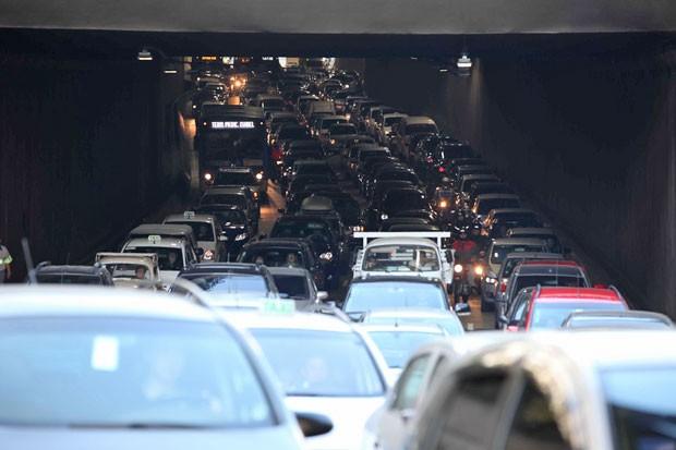 SÃO PAULO, SP, 24.08.2012: ACIDENTE/CAMINHÃO DE LIXO/SP - Um caminhão de lixo tombou na manhã desta sexta-feira, na saída do Túnel do Anhangabau, no sentido da zona norte. Segundo informações, ninguém ficou ferido. O reflexo do acidente deixa um trânsito  (Foto: Luiz Guarnieri/Brazil Photo Press/Folhapress)