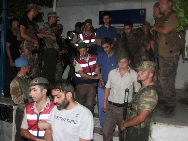 Militares fugitivos com envolvimento com o cerco ao presidente Erdogan em tentativa de golpe são detidos na província de Mugla, na Turquia (Foto: REUTERS/Kenan Gurbuz)