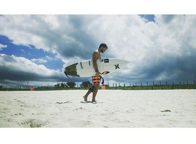 Alejo Muniz é quase um local em Grumari, palco da etapa brasileira, onde treina regularmente (Foto: Reprodução Instagram)