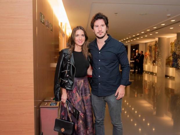 Monique Alfradique e o namorado, Gabriel Sala, em estreia de peça em São Paulo (Foto: Samuel Chaves/ Brazil News)