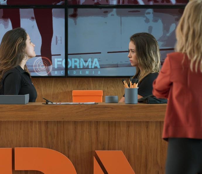 As amigas fazem um 'teatrinho' pra enganar Bárbara (Foto: TV Globo)