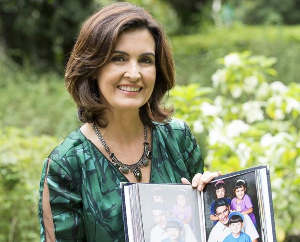 Fátima Bernardes com o álbum de seus trigêmeos ainda crianças (Foto: Felipe Monteiro/Gshow)