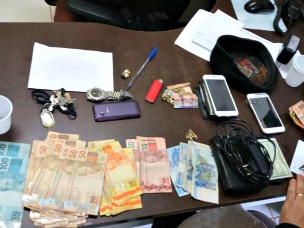 Com os suspeitos, a polícia apreendeu ainda R$ 4.200 em dinheiro (Foto: Divulgação/PM-AC)