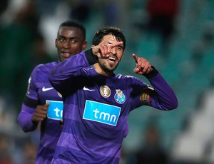 Lucho Gonzalez comemora gol do Porto contra o Vitoria Setubal (Foto: Reuters)