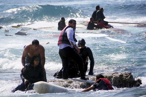 Imigrantes que tentavam chegar à Grécia são resgatados após naufrágio nesta segunda-feira (20) (Foto: Argiris Mantikos/Eurokinissi/Reuters)