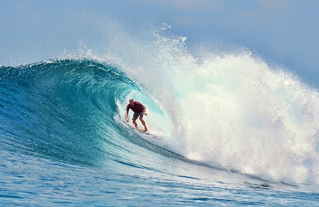 Surfer rides a large blue tropical wave; Shutterstock ID 167267114; PO: GQ; Job: 62 - MAIO; Client: ESSENCIAL TURISMO; Other: 01/07/2017 - emissão em maio (Foto: Shutterstock / Avatar_023)