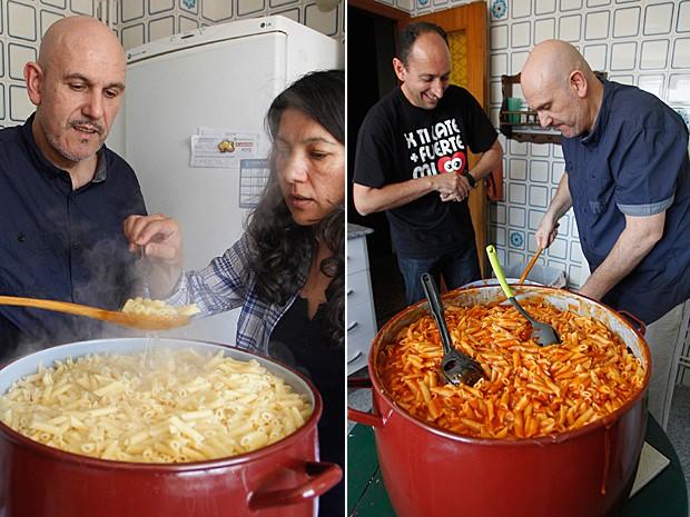 Manuel Diaz e Paula Antunez, fundadores do grupo 'Macarrão Solidário' cozinham na casa deles, em Valência (Foto: Heino Kalis/Reuters)