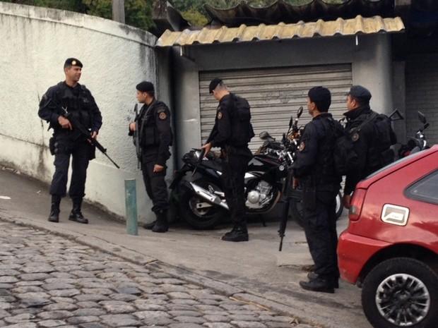 Cerca de 400 homens do Batalhão de Operações Policiais Especiais (Bope), do Batalhão de Choque e do Batalhão de Ação com Cães estão na comunidade. (Foto: Mariucha Machado / TV Globo)