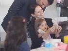 Momento fofo: Ben Affleck e Jennifer Garner fazem bolo com a filha