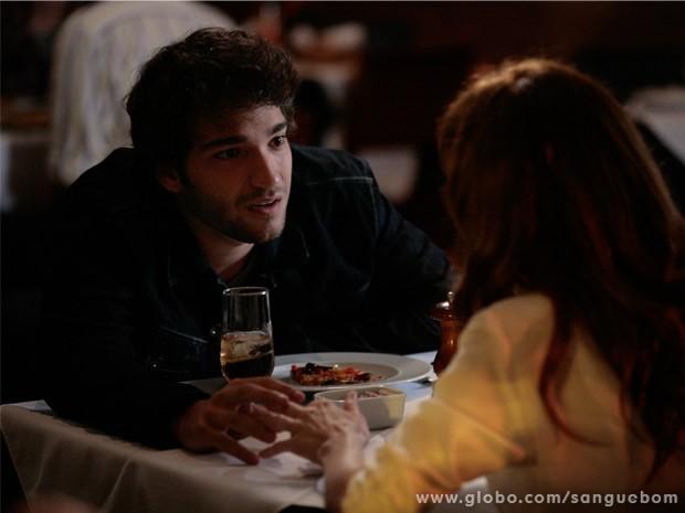 Fabinho reencontra Irene, não perde tempo e conta sobre o passado (Foto: Sangue Bom/ TV Globo)