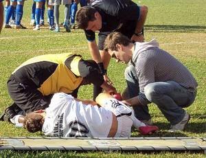 Contusão do meio campista Lutcho, da equipe do São Vicente (Foto: Fernando Martinez / Jogos Perdidos)