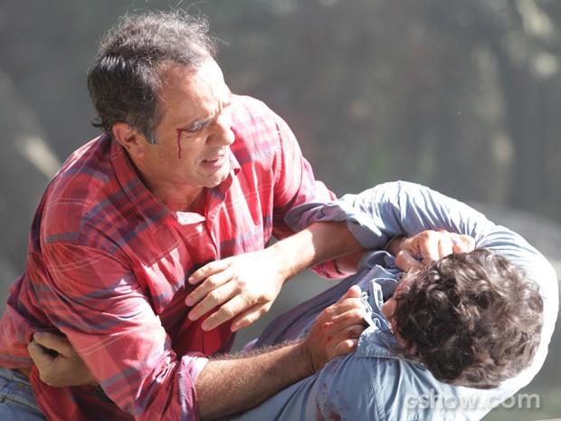 Em cena, os atores gravam briga que acaba com os dois machucados (Foto: Pedro Curi/TV Globo)