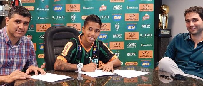 Matheusinho renova contrato com o América-MG por mais cinco anos  (Foto: Reprodução/ América-MG)