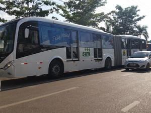 Novos ônibus foram apresentados à imprensa nesta quarta (Foto: Toni Francis/G1)