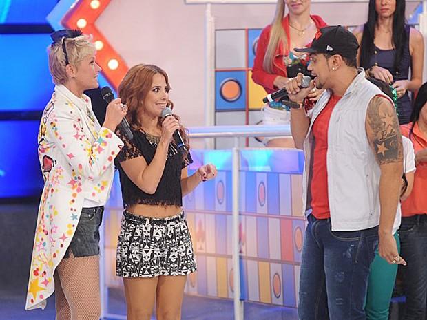 Xuxa conversa com Wanessa e Naldo do palco do TV Xuxa (Foto: Divulgação / Xuxa Produções)