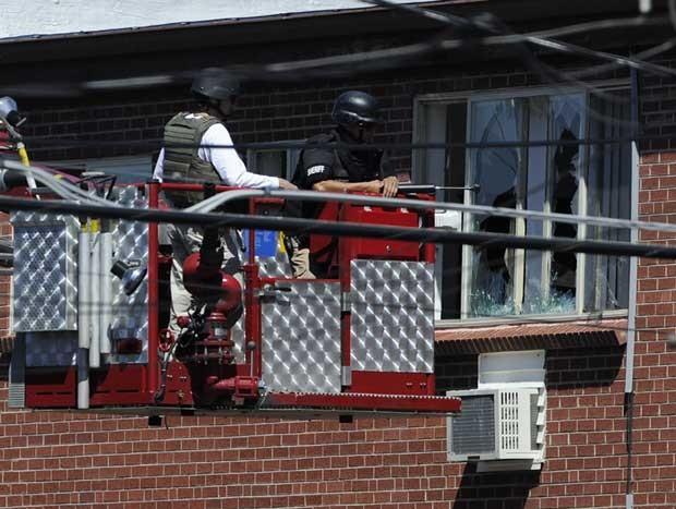Policiais prepararam o 'tiro de água' para desarmar explosivos no apartamento do atirador americano (Foto: Andy Cross/AP)