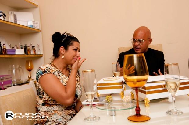 Mulher Moranguinho escolhe convite do casamento (Foto: Bruno Romao / Divulgação)