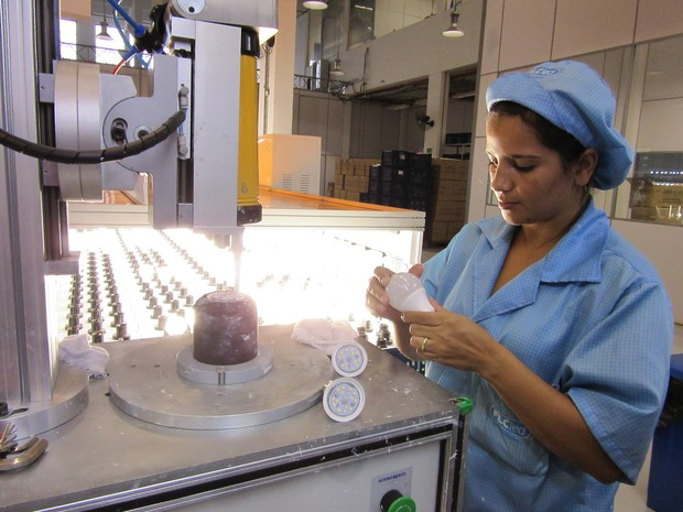 Fábrica de lâmpadas de LED da FLC, em São Paulo (Foto: Darlan Alvarenga/G1)