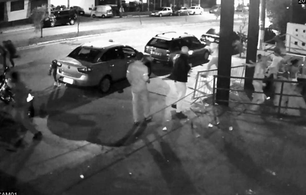 Vídeo mostra troca de tiros que terminou com morte de homem em porta de pub em Três Corações, MG (Foto: Reprodução EPTV)