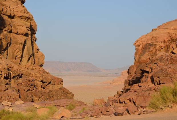 Visitantes também podem apreciar um cânion no meio do deserto (Foto: Juliana Cardilli/G1)