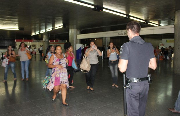 É comum que as passageiras peçam para tirar fotos com Guilherme Leão (Foto: Nathalia Tavolieri / Época)