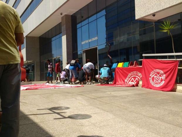 Grupo do Movimento dos Trabalhadores Sem-Teto ocupa prédio do Ministério das Cidades, em Brasília (Foto: Beatriz Pataro/G1)