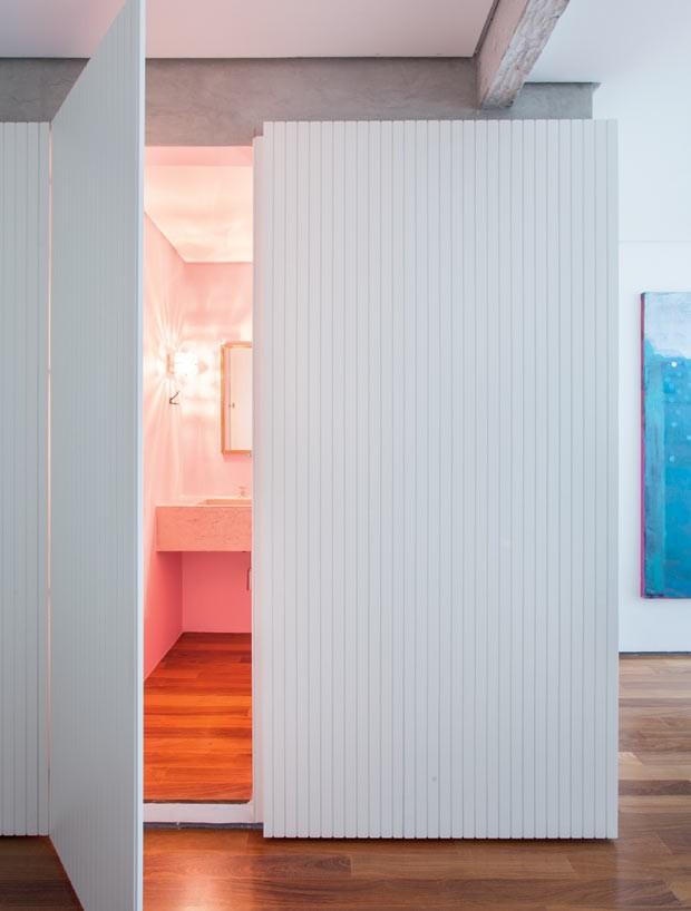 apartamento-arquiteto-Felipe-Hess-cumaru-lavabo-painel-de-madeira (Foto: Ricardo Bassetti/Divulgação)