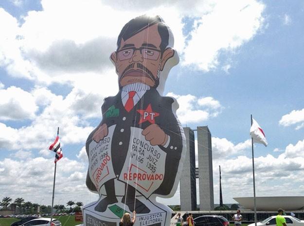 Boneco inflável do ministro Dias Toffoli é erguido em manifestação nesta quinta-feira (26) no Distrito Federal  (Foto: Gabriel Luiz/G1)