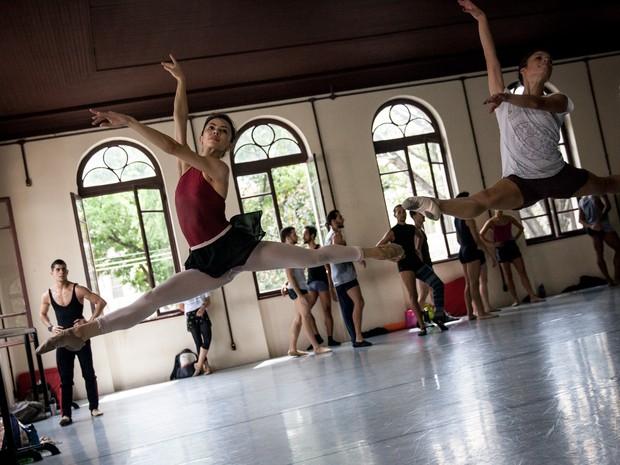 Bailarinos da SPCD fazem exercícios sob o olhar de alunos do projeto social Cristolândia (Foto: Fábio Tito/G1)